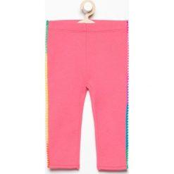 Spodnie dresowej z pomponami - Różowy. Spodenki niemowlęce marki Pollena Savona. W wyprzedaży za 19.99 zł.