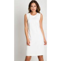 Klasyczna dopasowana sukienka ecru BIALCON. Szare sukienki damskie BIALCON, biznesowe, z klasycznym kołnierzykiem. Za 269.00 zł.