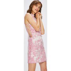 Guess Jeans - Sukienka Jennifer Lopez. Szare sukienki damskie Guess Jeans, z aplikacjami, z jeansu, eleganckie. W wyprzedaży za 449.90 zł.