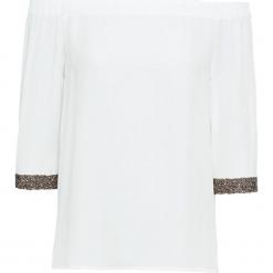 Bluzka z odsłoniętymi ramionami i połyskującymi mankietami bonprix biały. Białe bluzki damskie bonprix, z kołnierzem typu carmen, bez ramiączek. Za 89.99 zł.