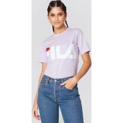 FILA Klasyczny T-shirt z logo - Purple. Fioletowe t-shirty damskie Fila, z nadrukiem, z klasycznym kołnierzykiem. Za 100.95 zł.