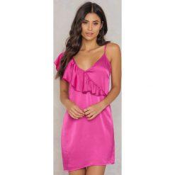 NA-KD Sukienka mini z asymetryczną falbaną - Pink. Sukienki damskie NA-KD Trend, z wiskozy, z asymetrycznym kołnierzem. W wyprzedaży za 38.99 zł.