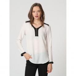 """Bluzka """"Sochic"""" w kolorze białym. Białe bluzki damskie Assuili, klasyczne, z okrągłym kołnierzem. W wyprzedaży za 113.95 zł."""