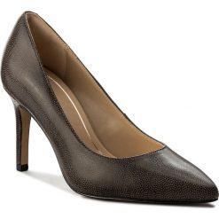 Szpilki CLARKS - Dinah Keer 261309304 Taupe Leather. Brązowe szpilki damskie Clarks, z nubiku. W wyprzedaży za 229.00 zł.
