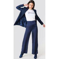 NA-KD Szerokie spodnie z satyny z wysokim stanem - Blue. Niebieskie spodnie materiałowe damskie NA-KD, z poliesteru. W wyprzedaży za 48.78 zł.