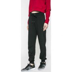 Nike Sportswear - Spodnie. Czarne spodnie sportowe damskie Nike Sportswear, z bawełny. W wyprzedaży za 179.90 zł.