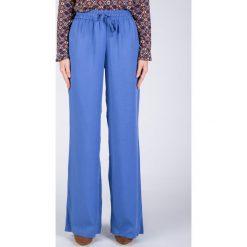 Proste zwiewne niebieskie spodnie QUIOSQUE. Fioletowe spodnie materiałowe damskie QUIOSQUE, z tkaniny. W wyprzedaży za 59.99 zł.