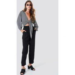 NA-KD Trend Luźne spodnie garniturowe - Black. Czarne spodnie materiałowe damskie NA-KD Trend, z haftami, z poliesteru. Za 202.95 zł.