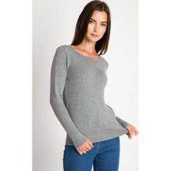 Szary sweter z kuleczkami QUIOSQUE. Szare swetry damskie QUIOSQUE, z jeansu, z klasycznym kołnierzykiem. W wyprzedaży za 59.99 zł.