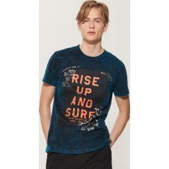 T-shirt z napisem - Turkusowy. Niebieskie t-shirty męskie House, z napisami. W wyprzedaży za 29.99 zł.