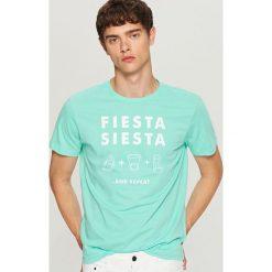 T-shirt z nadrukiem - Zielony. Zielone t-shirty męskie Reserved, z nadrukiem. W wyprzedaży za 19.99 zł.