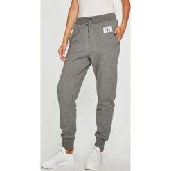 Calvin Klein Jeans - Spodnie. Szare spodnie materiałowe damskie Calvin Klein Jeans, z bawełny. Za 399.90 zł.