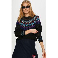 Desigual - Sweter. Szare swetry damskie Desigual, z dzianiny, z okrągłym kołnierzem. W wyprzedaży za 399.90 zł.