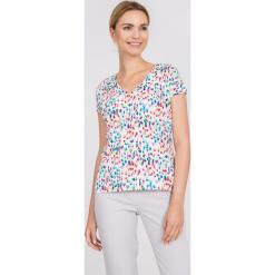 Bluzka ecru z kolorowym nadrukiem QUIOSQUE. Szare bluzki damskie QUIOSQUE, w kolorowe wzory, z dzianiny, eleganckie, z dekoltem w serek, z krótkim rękawem. W wyprzedaży za 69.99 zł.