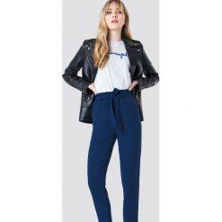 NA-KD Spodnie z wiązaniem - Blue. Niebieskie spodnie materiałowe damskie NA-KD, w paski, z poliesteru. Za 121.95 zł.