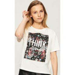 T-shirt z aplikacją - Kremowy. Białe t-shirty damskie Sinsay, z aplikacjami. W wyprzedaży za 19.99 zł.