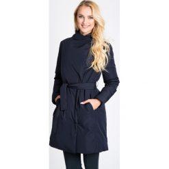 Granatowy wiązany płaszcz QUIOSQUE. Niebieskie płaszcze damskie QUIOSQUE, na jesień, w paski, z puchu, sportowe. W wyprzedaży za 279.99 zł.