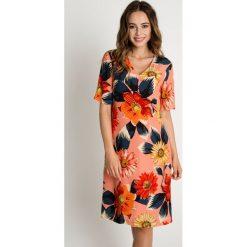 Koralowa sukienka z dekoltem w serek BIALCON. Pomarańczowe sukienki damskie BIALCON, na lato, eleganckie, z dekoltem w serek, z krótkim rękawem. W wyprzedaży za 251.00 zł.