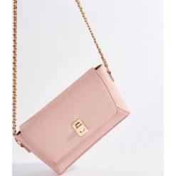 Torebka na łańcuszku - Różowy. Czerwone torebki do ręki damskie Mohito. W wyprzedaży za 49.99 zł.