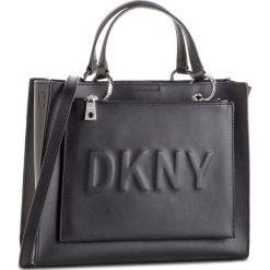 Torebka DKNY - Mott Med Tote R82AH593 Black/Silver BSV. Czarne torebki do ręki damskie DKNY, ze skóry. Za 979.00 zł.