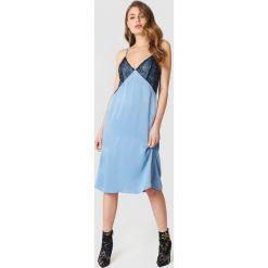 NA-KD Sukienka bieliźniana midi z koronką - Blue. Sukienki damskie NA-KD Trend, w koronkowe wzory, z koronki. W wyprzedaży za 60.89 zł.