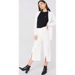 Rut&Circle Spodnie z rozcięciami Ofelia - White. Białe spodnie materiałowe damskie Rut&Circle, z haftami, z poliesteru. Za 161.95 zł.