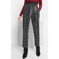 Spodnie w kratę z paskiem. Czarne spodnie materiałowe damskie Orsay, z haftami, z bawełny. Za 119.99 zł.
