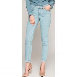 Lee - Jeansy Scarlett. Niebieskie jeansy damskie Lee. W wyprzedaży za 229.90 zł.