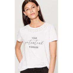 Koszulka z kwiatową aplikacją - Biały. Bluzki damskie marki DOMYOS. W wyprzedaży za 39.99 zł.
