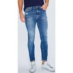 Tommy Jeans - Jeansy Simon. Niebieskie jeansy męskie Tommy Jeans. W wyprzedaży za 399.90 zł.