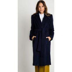 Granatowy płaszcz wiązany w talii BIALCON. Niebieskie płaszcze damskie BIALCON, na jesień, z wełny, biznesowe. Za 799.00 zł.