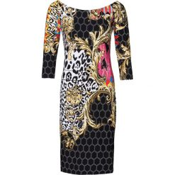 """Sukienka z dekoltem """"carmen"""" bonprix czarno-biało-jasnoróżowy. Czarne sukienki damskie bonprix, z nadrukiem, z kołnierzem typu carmen. Za 89.99 zł."""