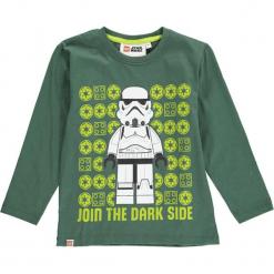 Koszulka w kolorze ciemnozielonym. Zielone t-shirty dla chłopców marki Lego Wear Fashion, z bawełny, z długim rękawem. W wyprzedaży za 42.95 zł.