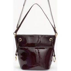 Lakierowana torebka z odpinanym paskiem - Bordowy. Czerwone torebki do ręki damskie Reserved, z lakierowanej skóry. Za 129.99 zł.