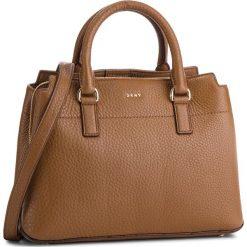 Torebka DKNY - Bellah-Md Satchel-De R83D5686 Vicuna 249. Brązowe torebki do ręki damskie DKNY, ze skóry. Za 1,279.00 zł.