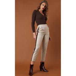 NA-KD Trend Dopasowane spodnie z lampasami - Brown,Beige. Brązowe spodnie materiałowe damskie NA-KD Trend, w paski. Za 161.95 zł.