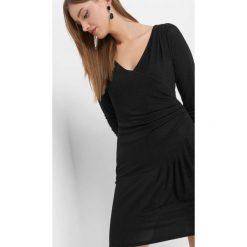 Sukienka z połyskiem. Czarne sukienki damskie Orsay, z dzianiny, wizytowe, z asymetrycznym kołnierzem. Za 119.99 zł.