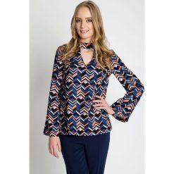 Wzorzysta bluzka z chokerem i poszerzanymi rękawami BIALCON. Szare bluzki damskie BIALCON, w jednolite wzory, eleganckie, z chokerem. W wyprzedaży za 172.00 zł.
