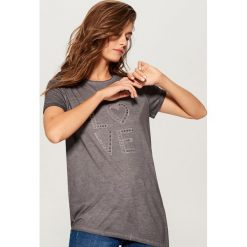 Koszulka z aplikacją - Szary. Szare t-shirty damskie Mohito, z aplikacjami. W wyprzedaży za 39.99 zł.