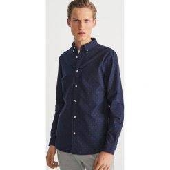 Bawełniana koszula z drobnym wzorem - Granatowy. Niebieskie koszule męskie Reserved, z bawełny. Za 99.99 zł.