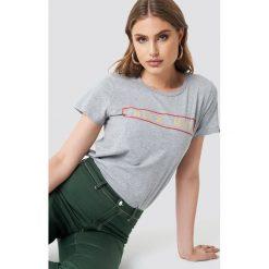 Moves x NA-KD T-shirt Lulu - Grey. Szare t-shirty damskie Moves x NA-KD, z nadrukiem, z materiału, z okrągłym kołnierzem. Za 121.95 zł.