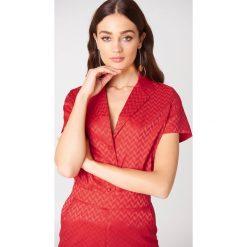 NA-KD Żakardowa koszula z krótkim rękawem - Red. Czerwone koszule damskie NA-KD, z żakardem, z krótkim rękawem. Za 40.95 zł.
