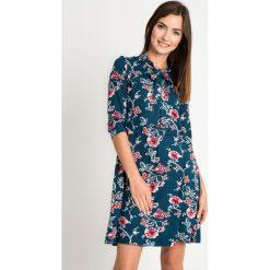 Szmaragdowa sukienka w kwiaty QUIOSQUE. Zielone sukienki dla dziewczynek QUIOSQUE, w kwiaty, z dzianiny, z długim rękawem. W wyprzedaży za 139.99 zł.