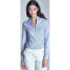Niebieska Koszulowa Bluzka ze Stojką z Długim Rękawem. Niebieskie bluzki damskie Molly.pl, z jeansu, biznesowe, dekolt w kształcie v, z długim rękawem. Za 89.90 zł.