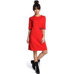 Czerwona Minimalistyczna Sukienka O Linii A z Ozdobną Klamrą. Czerwone sukienki damskie Molly.pl, w kolorowe wzory, z dzianiny, biznesowe, z kołnierzem typu klepsydra. Za 124.90 zł.