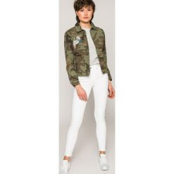 Tommy Jeans - Top. Szare topy damskie Tommy Jeans, z aplikacjami, z bawełny, z okrągłym kołnierzem, z krótkim rękawem. W wyprzedaży za 129.90 zł.