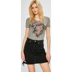 Guess Jeans - Top. Różowe topy damskie Guess Jeans, z aplikacjami, z bawełny, z krótkim rękawem. Za 139.90 zł.