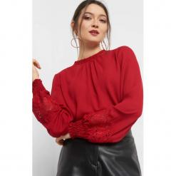 Bluzka z balonowymi rękawami. Czerwone bluzki damskie Orsay, w ażurowe wzory, z poliesteru, z falbankami. Za 99.99 zł.