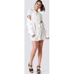 Trendyol Sukienka w paski - White,Beige,Multicolor. Paski damskie Trendyol, w paski, z tkaniny, z kopertowym dekoltem. Za 128.95 zł.