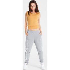 Naoko - Spodnie Best Things Gris. Szare spodnie sportowe damskie NAOKO, z nadrukiem, z bawełny. W wyprzedaży za 119.90 zł.